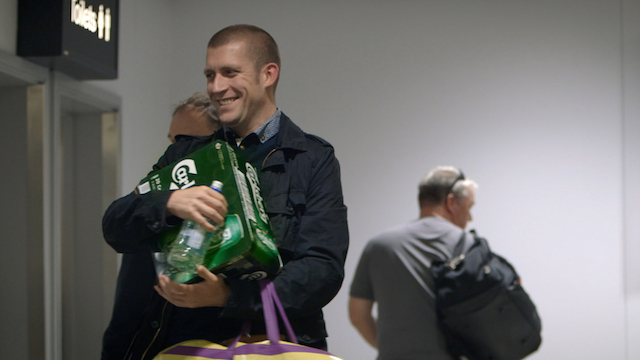 Carlsberg Surprises London Airport Passengers With Beer
