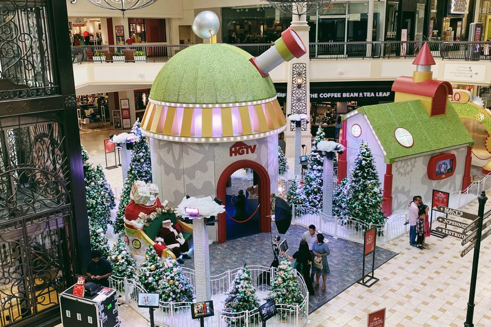The Oaks mall - Santa HQ